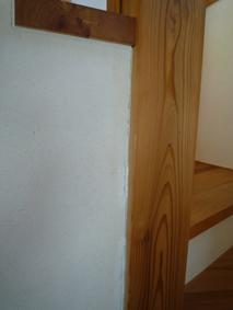 階段柱漆喰隙.jpg
